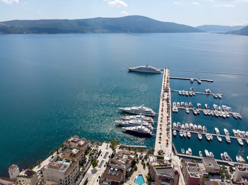 Vogelperspektive von Porto Montenegro Yachten im Seehafen von Tivat-Stadt Kotor-Bucht, adriatisches Meer Ber?hmte Reisen-Zieleinh lizenzfreies stockfoto