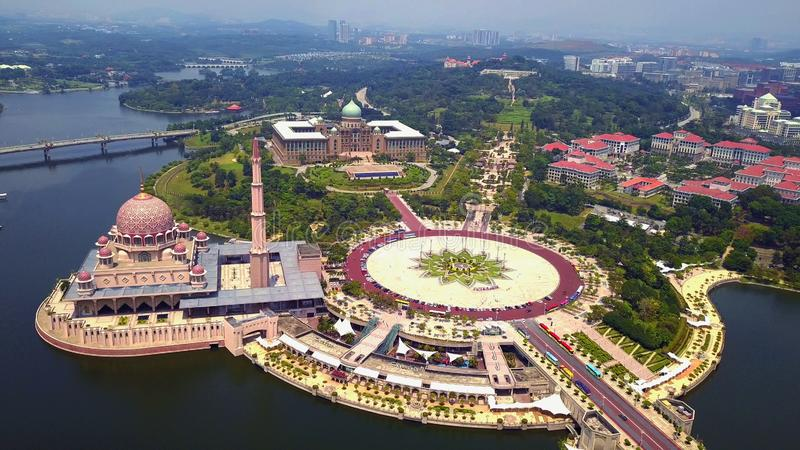Vogelperspektive von Putra-Moschee mit Gartenlandschaftsentwurf und Putrajaya See, Putrajaya Die berühmteste Touristenattraktion  stockfoto