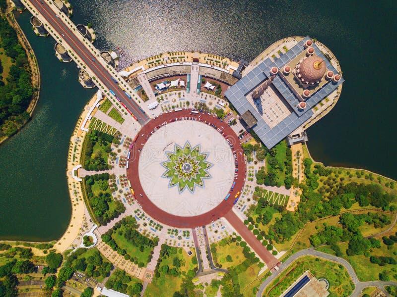 Vogelperspektive von Putra-Moschee mit Gartenlandschaftsentwurf und Putrajaya See, Putrajaya Die berühmteste Touristenattraktion  stockbild