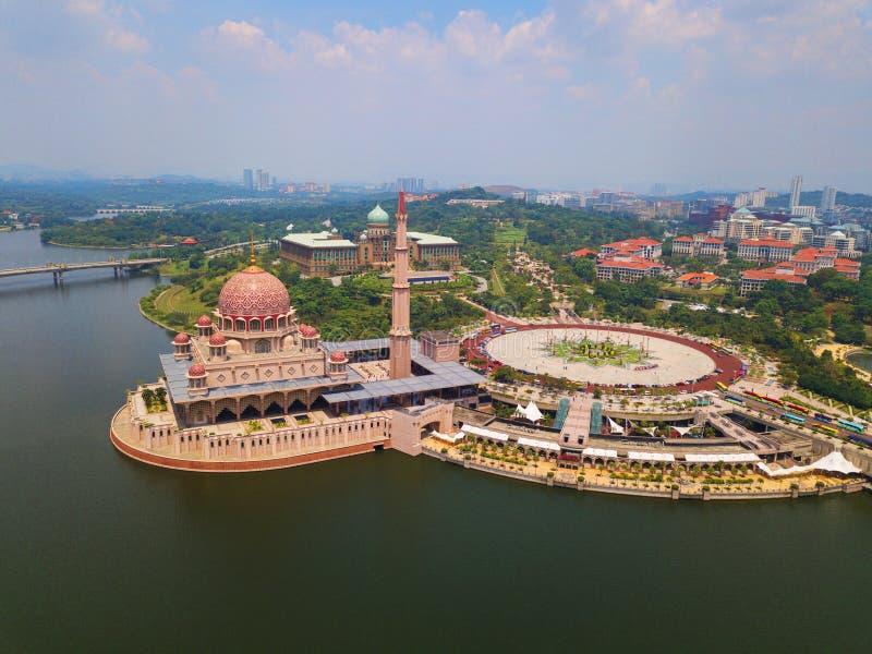 Vogelperspektive von Putra-Moschee mit Gartenlandschaftsentwurf und Putrajaya See, Putrajaya Die berühmteste Touristenattraktion  stockfotos