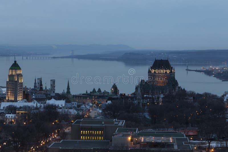 Vogelperspektive von Québec-Stadt` s alten Stadtdachspitzen und -gebäuden an der Dämmerung lizenzfreie stockfotos
