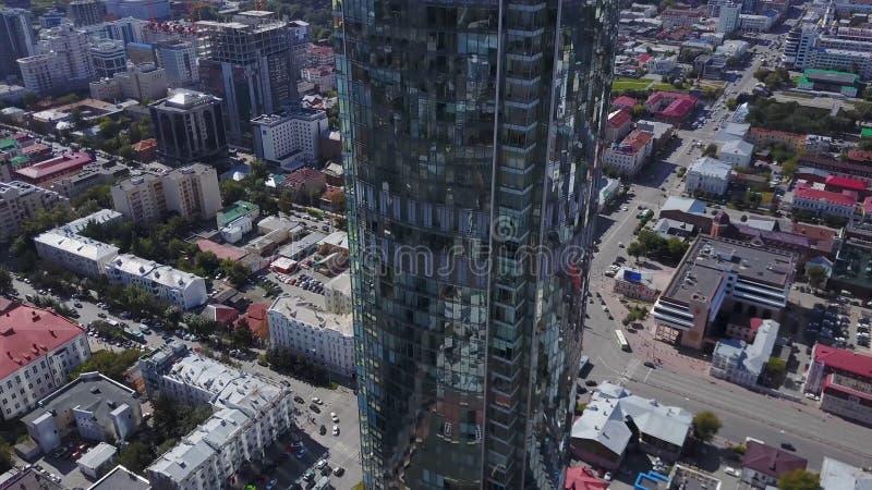 Vogelperspektive von reflektierenden Bürowolkenkratzern und Stau in einem modernen Finanzbezirk Spiegel des Himmels und lizenzfreie stockbilder