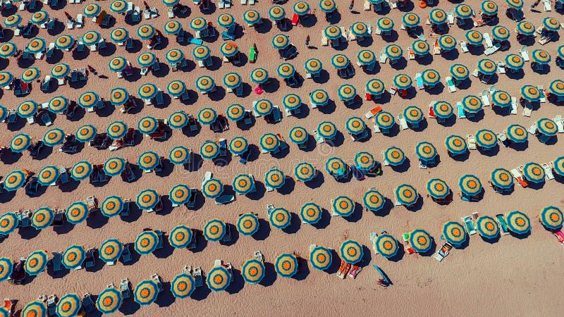 Vogelperspektive von Regenschirmen auf Sunny Beach stockbilder