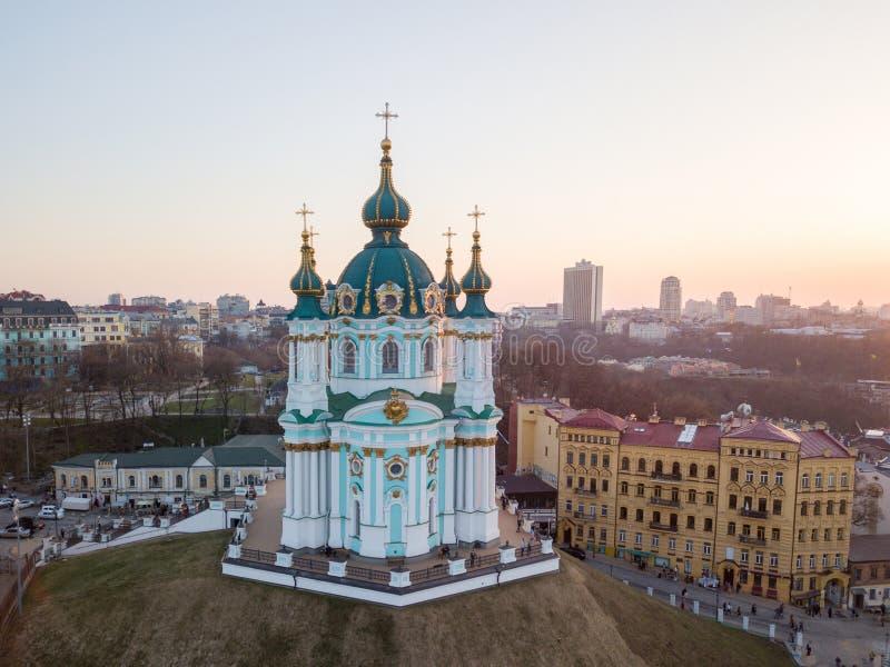 Vogelperspektive von ` s Podol und St Andrew Kirche auf dem Sonnenuntergang in Kiew-Stadt lizenzfreie stockfotografie