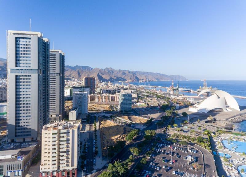 Vogelperspektive von Santa Cruz de Tenerife-Skylinen entlang der Küste, C stockfotos