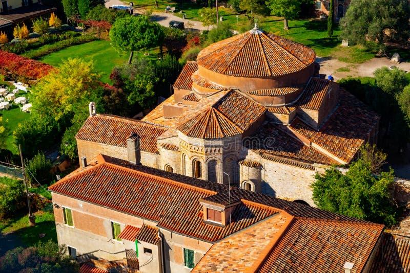Vogelperspektive von Santa Maria di Assunta-Kathedrale auf Torcello-Insel, Venedig lizenzfreie stockfotos