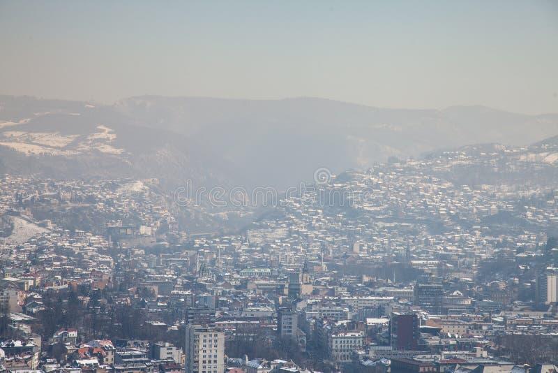 Vogelperspektive von Sarajevo während eines sonnigen Winternachmittages, umfasst im Schnee lizenzfreies stockbild