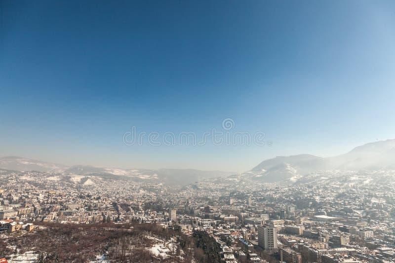Vogelperspektive von Sarajevo während eines sonnigen Winternachmittages, umfasst im Schnee lizenzfreie stockbilder