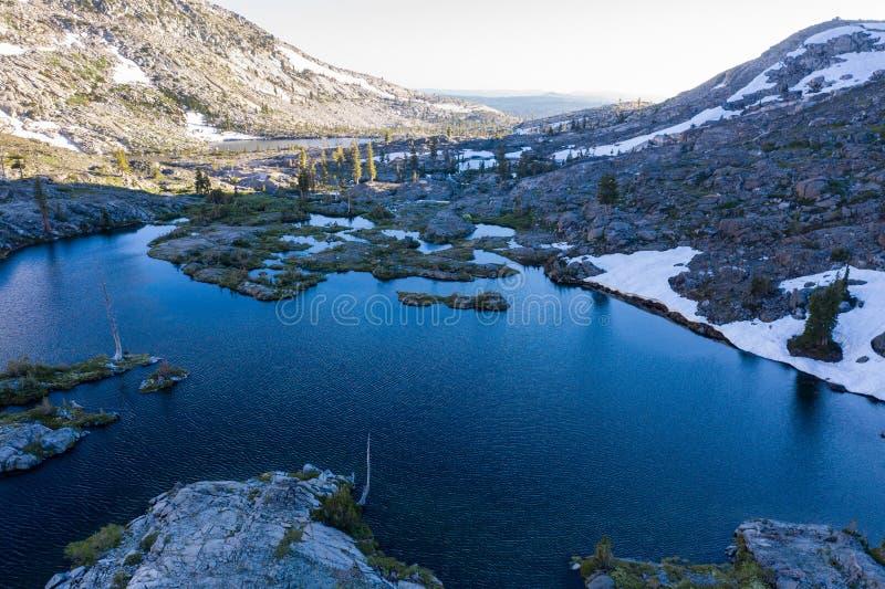 Vogelperspektive von schönem Mountain See in Nord-Kalifornien lizenzfreies stockbild
