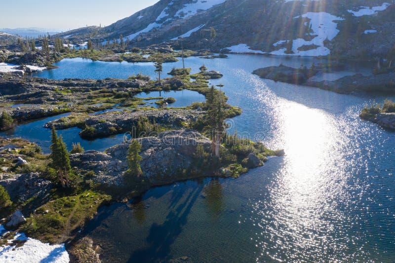 Vogelperspektive von Serene Mountain Lake in Nord-Kalifornien lizenzfreie stockfotos