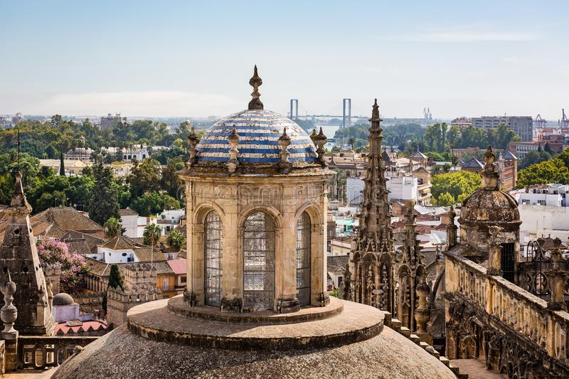Vogelperspektive von Sevilla-Kathedralen aufwändiges Dach und Kuppeln mit Stadt und hundertjähriger Brücke im Hintergrund in Sevi lizenzfreies stockfoto