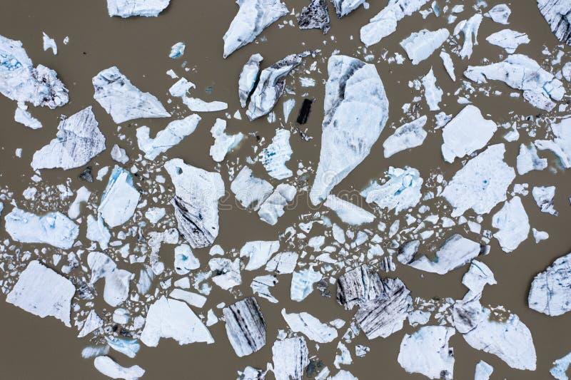 Vogelperspektive von sich hin- und herbewegenden Eisbergen im Fjallsarlon-Gletschersee, Island lizenzfreies stockfoto