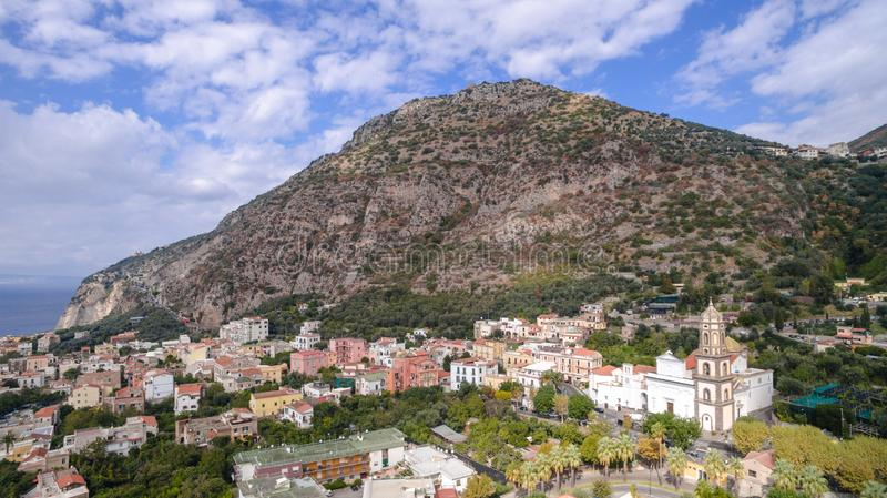 Vogelperspektive von Sorrent, Meta- in Italien an einem sch?nen Sommertag, Konzeptreiseausflug-Gebirgsstra?e stockfoto