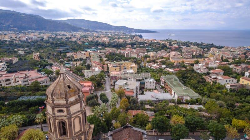 Vogelperspektive von Sorrent, Meta- in Italien an einem sch?nen Sommertag, Konzeptreiseausflug-Gebirgsstra?e stockbilder