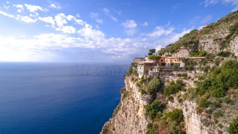 Vogelperspektive von Sorrent, Meta- in Italien an einem sch?nen Sommertag, Konzeptreiseausflug-Gebirgsstra?e lizenzfreies stockfoto