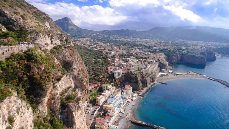 Vogelperspektive von Sorrent, Meta- in Italien an einem sch?nen Sommertag, Konzeptreiseausflug-Gebirgsstra?e stockbild