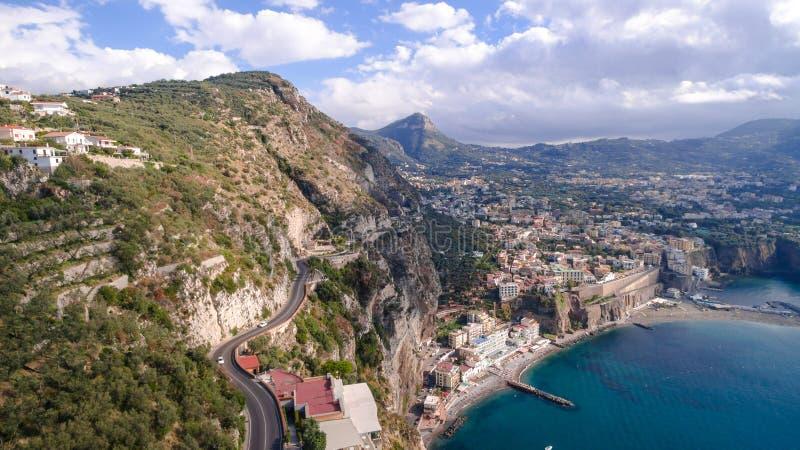Vogelperspektive von Sorrent, Meta- in Italien an einem sch?nen Sommertag, Konzeptreiseausflug-Gebirgsstra?e lizenzfreie stockfotos
