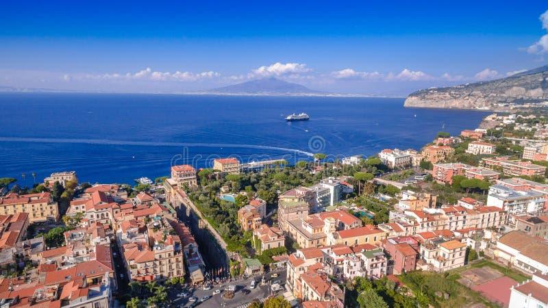 Vogelperspektive von Sorrent-Stadt, Meta-, Klavierk?ste, Italien, Stra?e der Gebirgsalten Stadt, Tourismuskonzept, Ferien zu Euro stockbilder