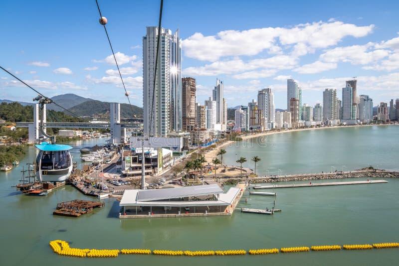 Vogelperspektive von Stadt Balneario Camboriu und von Drahtseilbahnen - Balneario Camboriu, Santa Catarina, Brasilien lizenzfreie stockfotos