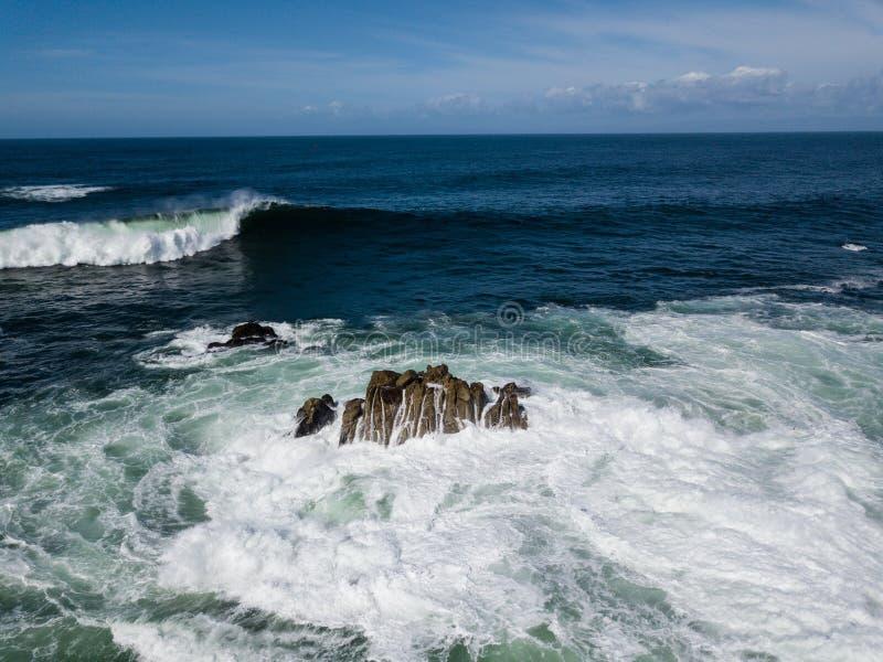 Vogelperspektive von starken Wellen und von Felsen in Kalifornien stockfoto
