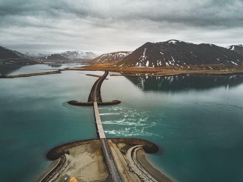 Vogelperspektive von Straße 1 in Island mit Brücke über dem Meer in Snaefellsnes-Halbinsel mit Wolken, Wasser und Berg herein stockbild