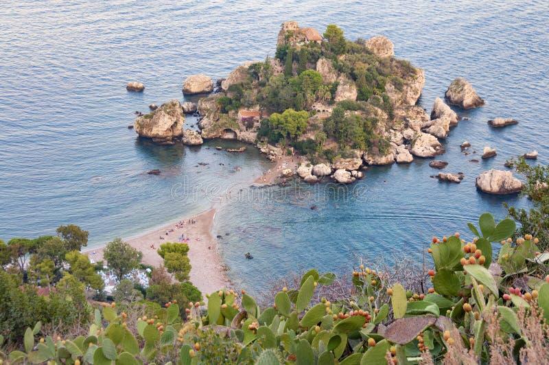 Vogelperspektive von Strand Isola Bella in Taormina, Sizilien lizenzfreie stockfotos