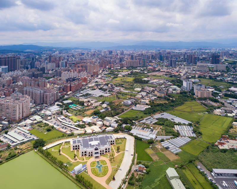 Vogelperspektive von Taoyuan-Stadtzentrum, Taiwan Finanzbezirk und Gesch?ftszentren in der intelligenten st?dtischen Stadt Wolken lizenzfreies stockfoto