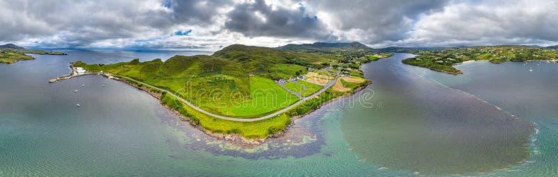 Vogelperspektive von Teelin-Bucht in der Grafschaft Donegal auf der wilden atlantischen Weise in Irland lizenzfreie stockfotografie