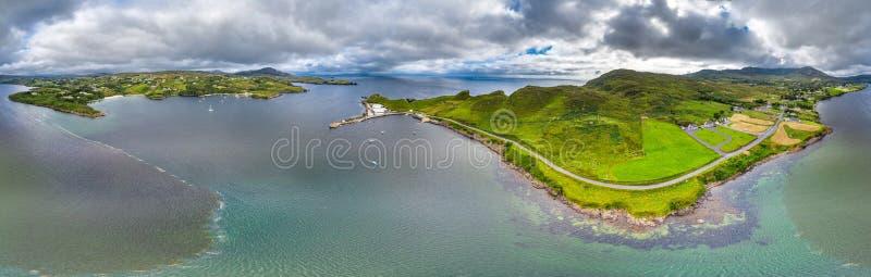 Vogelperspektive von Teelin-Bucht in der Grafschaft Donegal auf der wilden atlantischen Weise in Irland lizenzfreie stockbilder