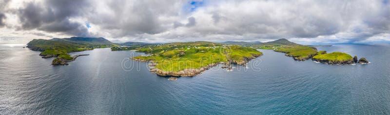 Vogelperspektive von Teelin-Bucht in der Grafschaft Donegal auf der wilden atlantischen Weise in Irland stockfoto