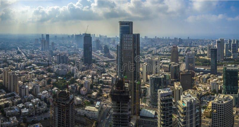 Vogelperspektive von Tel Aviv und von Ramat- Ganskylinen mit städtischen Wolkenkratzern bei Sonnenuntergang, mit bewölktem Himmel stockfotografie