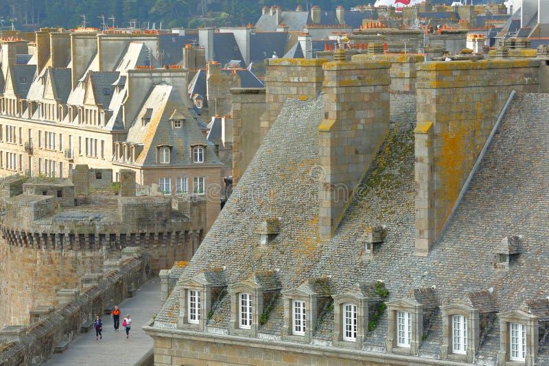 Vogelperspektive von traditionellen Hausfassaden mit Kaminen und Dächer und die Wälle, lokalisiertes Innere die ummauerte Stadt v stockfotos
