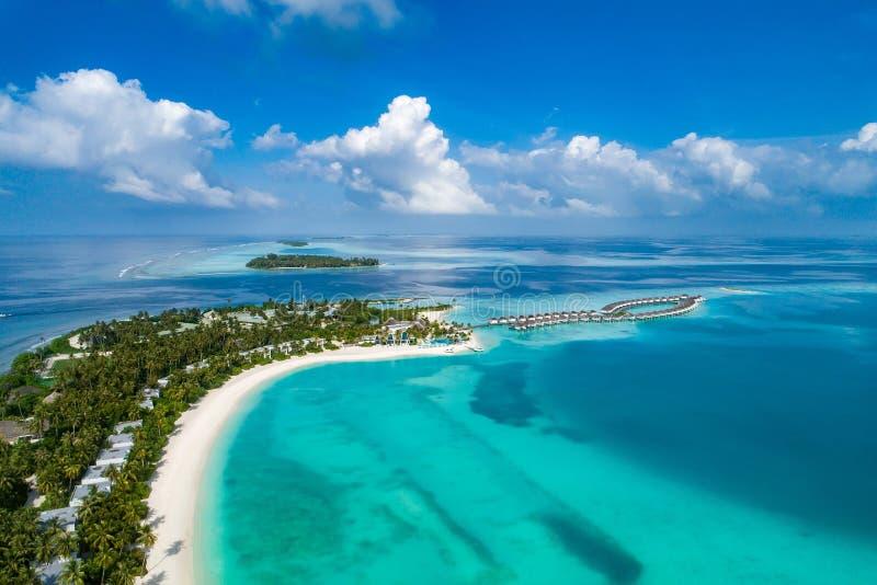 Vogelperspektive von Trauminsel bei Malediven im Indischen Ozean Draufsicht vom Brummen stockbild