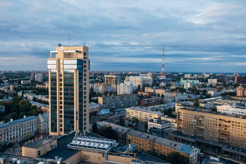 Vogelperspektive von Voronezh im Stadtzentrum gelegen am Sommerabend Moderne hohe Geschäftszentrum Chizhov-` s Galerie und Fernse lizenzfreie stockbilder