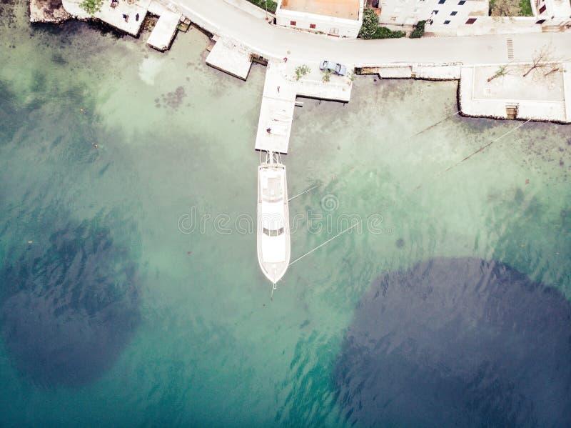 Vogelperspektive von Yachten in der Kleinstadt von Kotor-Bucht, Montenegro Junge Erwachsene lizenzfreies stockfoto
