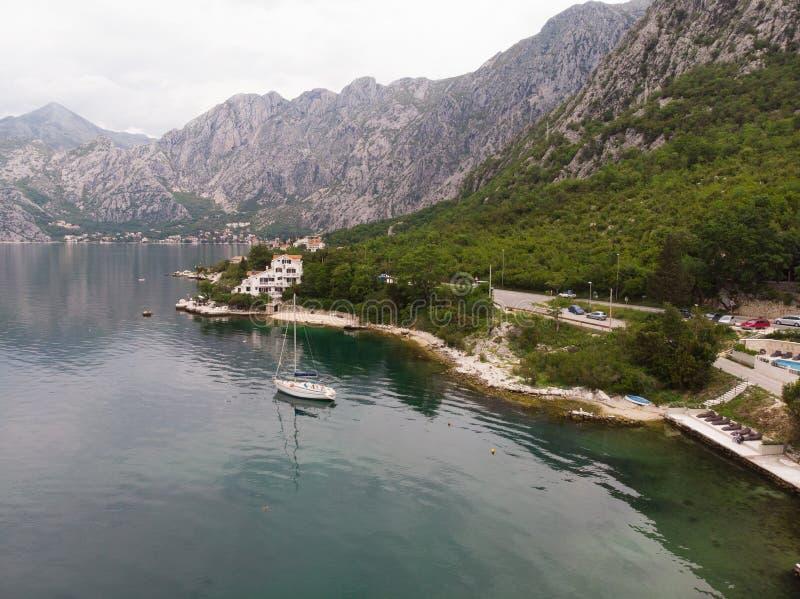 Vogelperspektive von Yachten in der Kleinstadt von Kotor-Bucht, Montenegro Junge Erwachsene lizenzfreie stockbilder