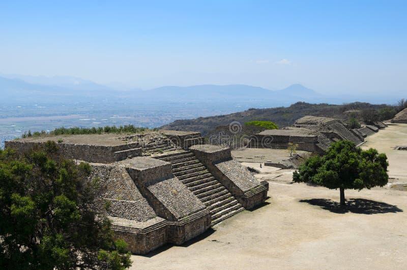 Vogelperspektive zu den Monte Alban-Pyramidenruinen lizenzfreies stockfoto