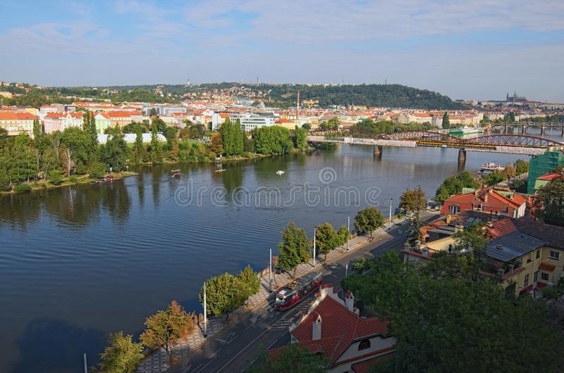 Vogelperspektive zu die Moldau-Fluss mit Eisenbahnbrücke Vysehrad und zu Prag-Schloss mit Heiligem Vitus Cathedral am Hintergrund stockfoto