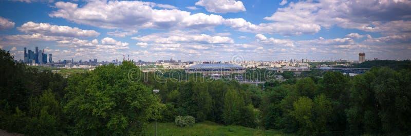 Vogelperspektive zu Luzhniki-Stadion, zu den Wolkenkratzern und zur historischen Stadt von Moskau von den blutigen alias Spatzenh stockfoto