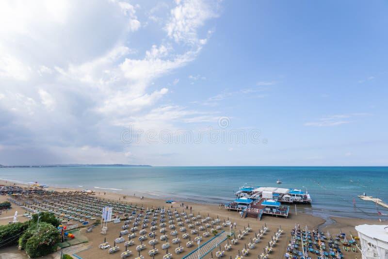 Vogelperspektive, zum von Durres, Albanien auf den Strand zu setzen lizenzfreies stockfoto