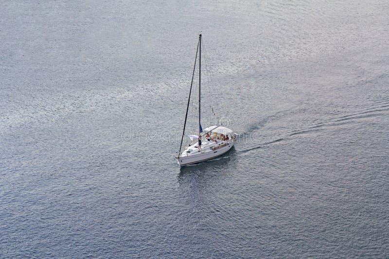Vogelperspektive zur Segelschiff-Yacht stockfotos