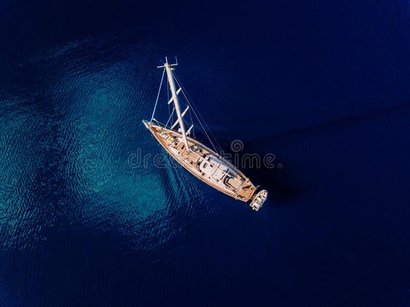 Vogelperspektive zur Yacht im tiefen blauen Meer lizenzfreie stockbilder