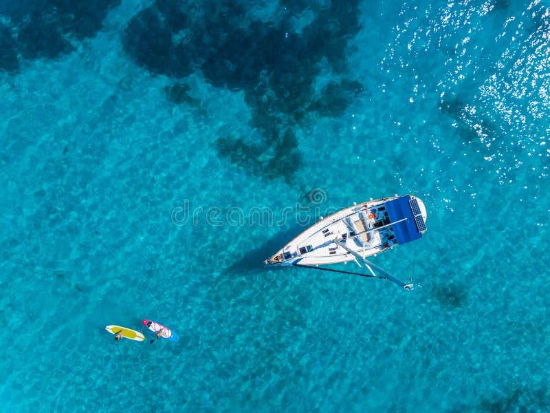 Vogelperspektive zur Yacht im tiefen blauen Meer Brummenphotographie lizenzfreie stockbilder