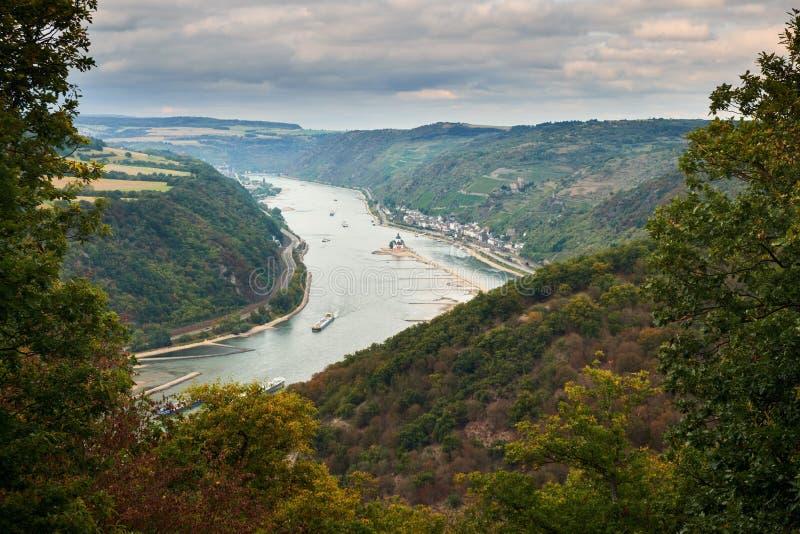Vogelperspektiveabflussrinnenbäume auf dem Fluss Raine von einer Beobachtungsstelle auf einem touristischen Weg auf Hügeln von He stockbilder
