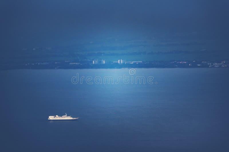 Vogelperspektivebehälter-Frachtschiff, Import-export Geschäft logistisch und Transport von internationalem durch Schiff in der ho stockfoto