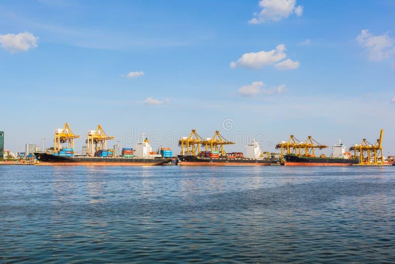 Vogelperspektivebehälter- und -frachtschiff, Import-export, Geschäft lo lizenzfreie stockbilder