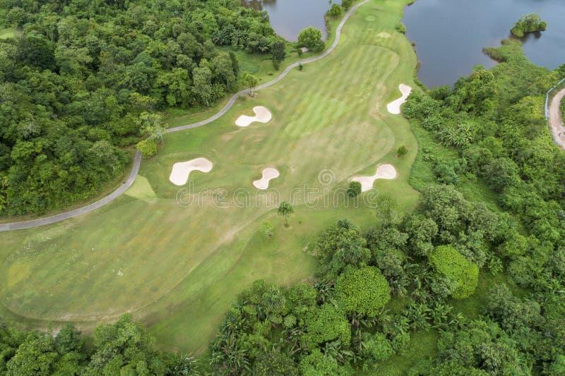 Vogelperspektivebrummen geschossen vom sch?nen Golfplatz lizenzfreie stockbilder