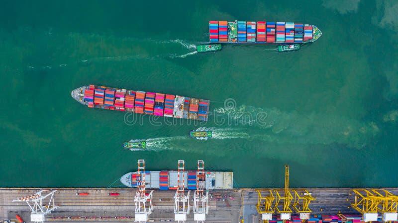 VogelperspektiveFrachtschiffanschluß, Kran des Frachtschiffanschlusses, des Vogelperspektiveindustriehafens mit Behältern und des stockfoto