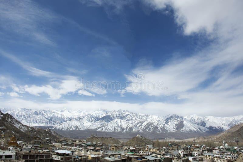 Vogelperspektivelandschaft und Stadtbild von Dorf Leh Ladakh mit Himalaja- oder Himalaja-Berg in Jammu und Kashmir, Indien stockbilder