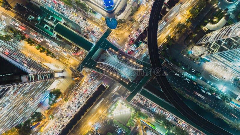 Vogelperspektivelandstraßen-Straßenschnitt nachts, Stau Kann für Transport-, Verteilungs- oder Verkehrshintergrund verwenden stockfotografie